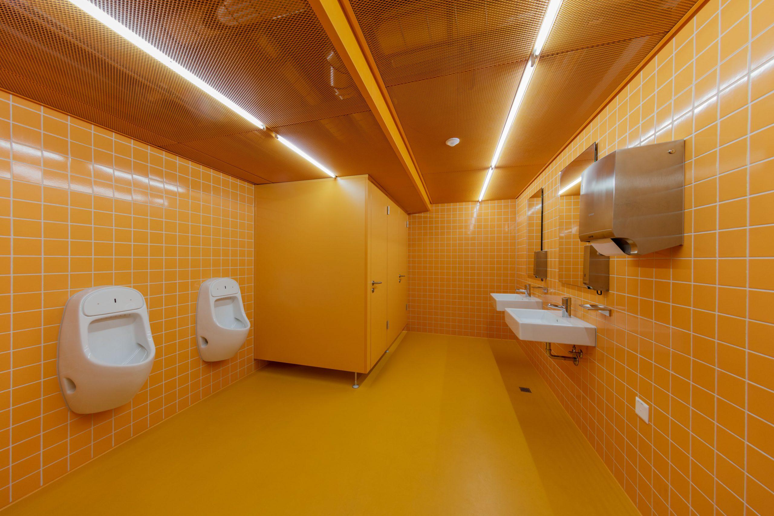 Trennwandsystem von Arotec in einer Toilette