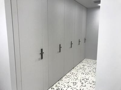 Toilettenanlage mit Trennwandsystem aus Stahlblech