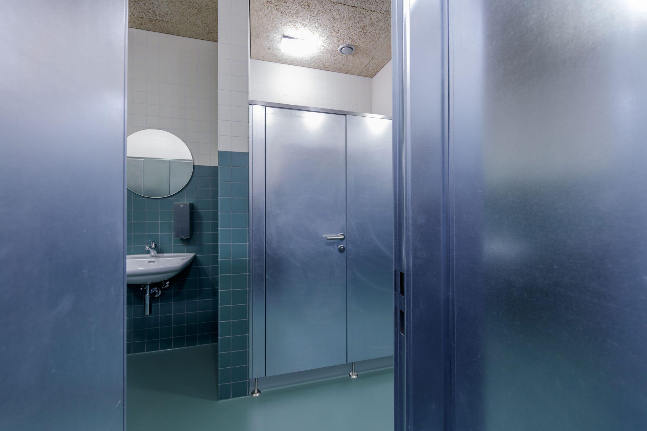Trennwände aus verzinktem Stahlblech in einer Toilette