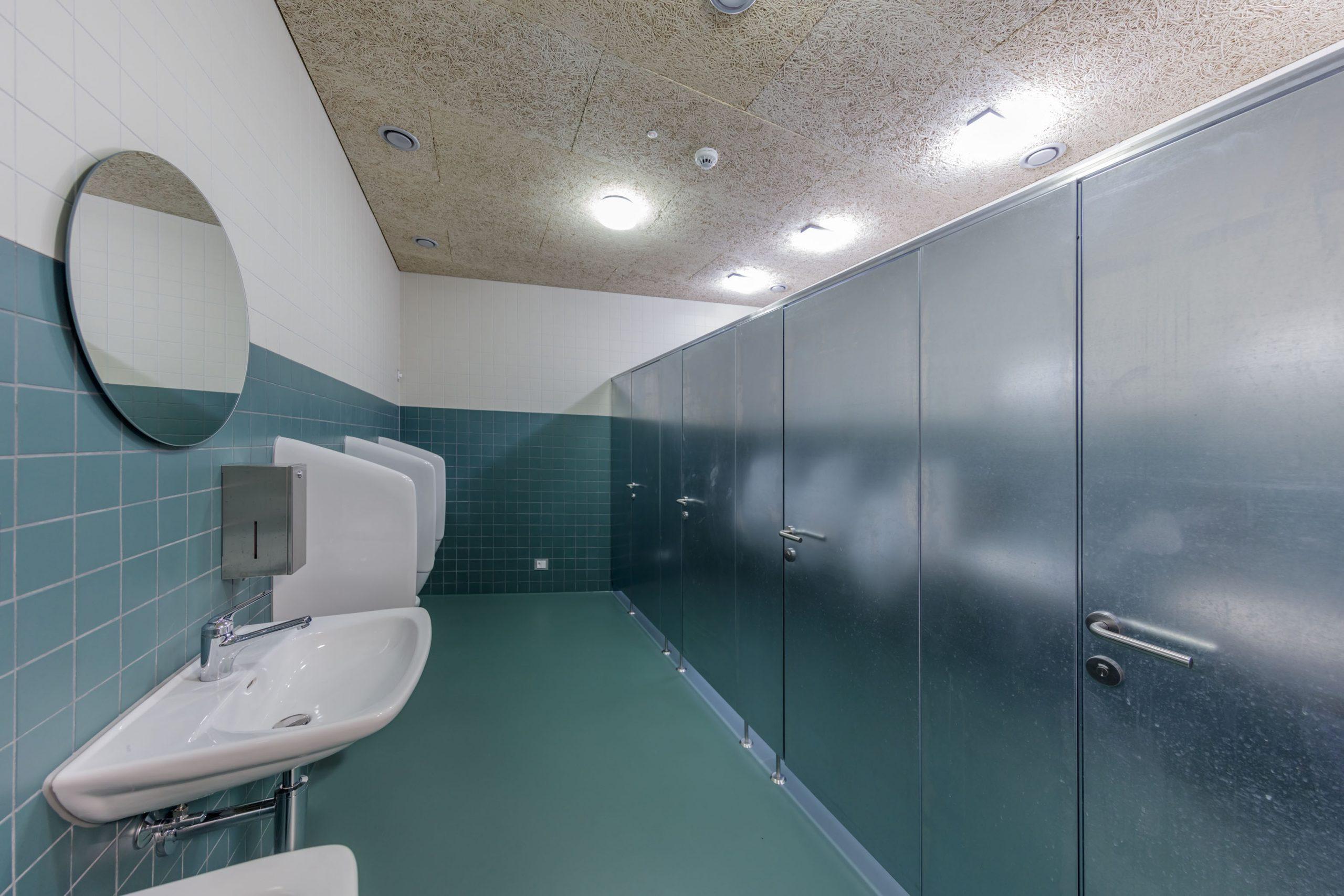 Toilettenanlage aus verzinktem Stahlblech